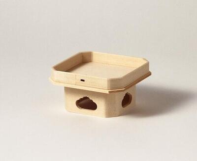 神ノ木であるヒノキで作りました 胴体部分の低いタイプです 狂いの少ない本柾 糸柾 の板を使用しています 遠山三宝 木曽ヒノキ 送料0円 ミニ三方 台 2寸5分 送料無料激安祭 器 お飾り 神饌を載せる台 三方