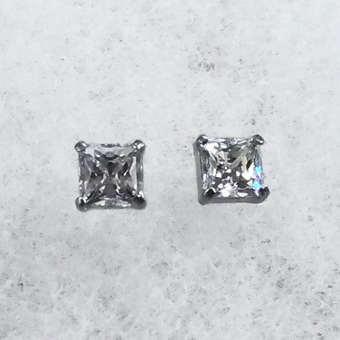 プラチナ スーパーキュービック ピアス PT900製 プリンセスカット プラチナ枠で天然ダイヤモンドにも負ない輝き♪ 大人の雰囲気をかもし出す【メール便 メール便速達 OK】