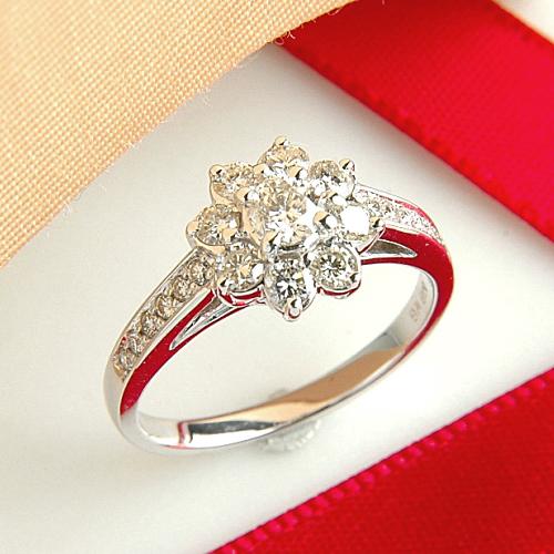 ホワイトゴールド(K18WG) ダイヤモンド リング(フラワーモチーフ/0.76ct)【ハイクラス】【宝石 ジュエリー】【プレゼント】【刻印無料】*