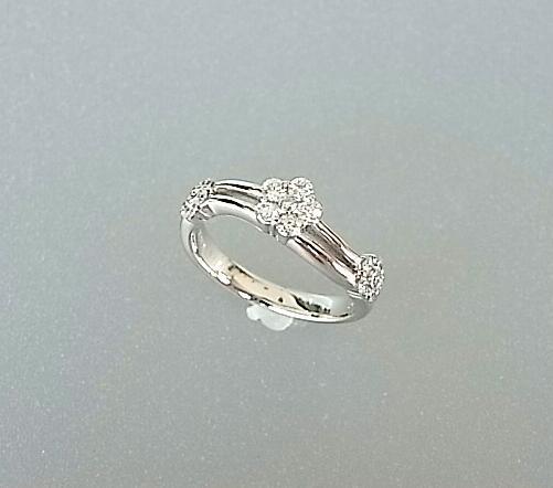 3つの花が流れる可憐なデザイン K18WG ダイヤモンドリング【smtb-TK】【tokai_gw_shippingfree0501】