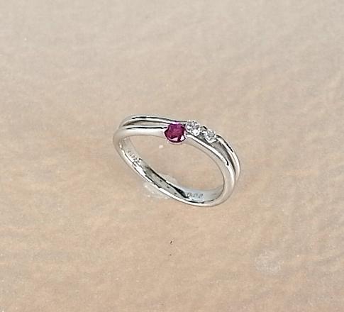 プラチナの上品な輝きに真っ赤なルビーを一粒アクセント★ Pt ルビー・ダイヤモンドリング