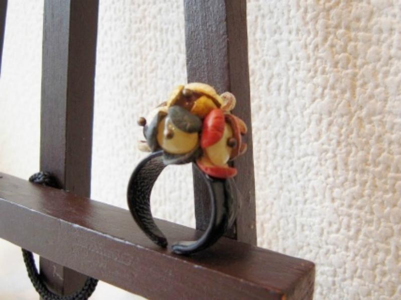 専門店 個性的なハンドメイドの一点物の琥珀レザーリング リトアニアで制作 琥珀指輪 送料無料 天然琥珀 レザーリング 2020 新作 琥珀 指輪 こはく 花リング