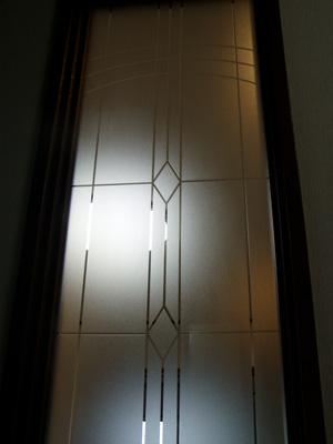 【新築&リフォームに内装用:かざり窓】(モダンデザインで個性派の空間造りに最適!) スリと透明で幾何学柄をデザイン。(幅)29.5×(高)109.5センチ。 【JHAデザインガラス】 エッチングガラス(スリ) KC3(A)-大 295X1095(ガラスのみ)(おしゃれ 室内窓 小窓 FIX窓 ドア シンプル レトロ モダン 古民家 間仕切り壁 建具 キッチン リビング トイレ リフォーム 新築)