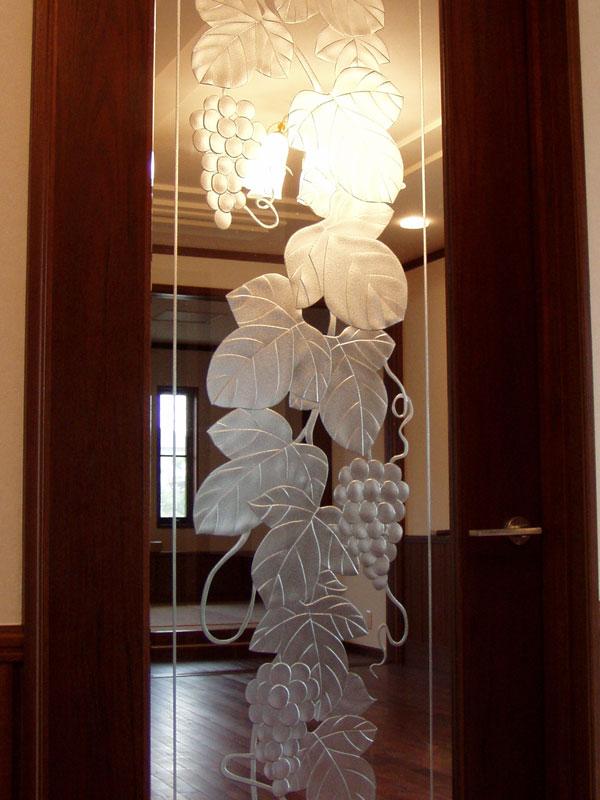 【JHAデザインガラス】 エッチングガラス(深彫り) ED-LG31ブドウ2-495X1695ミリ(ガラスのみ)(おしゃれ 室内窓 FIX窓 ドア シンプル レトロ モダン 古民家 間仕切り壁 建具 キッチン リビング トイレ リフォーム 新築)