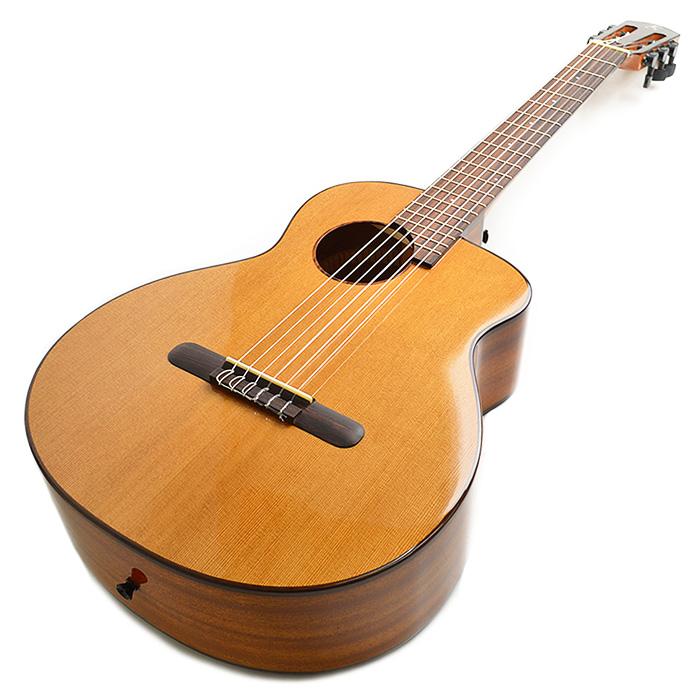 小振りなボディサイズながら十分な音量とクリアな音質のクラシックギター。シダー材単板採用の本格仕様 クラシックギター アヌエヌエ aNN-MN14 aNueNue シダー材単板 (コンパクト ミニ)