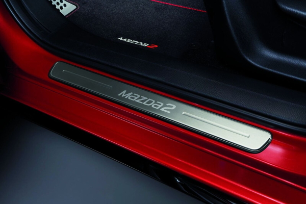 【DJ系MAZDA2(デミオ)】「MaZDa2」ロゴ入り スカッフプレート前席用左右セット 海外仕様純正アクセサリー