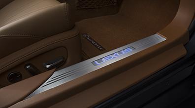 【100系LEXUS LC】「LEXUS」ロゴ入りイルミネーテドドアシル ドア2枚分セット 海外仕様純正アクセサリー