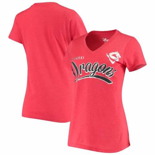 G-III 4HER BY CARL BANKS レディース チーム スクリプト ブイネック Tシャツ 赤 レッド レディースファッション トップス カットソー 【 Shanghai Dragons Womens Team Script V-neck T-shirt - Red 】 Red