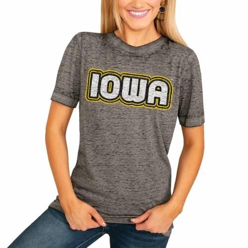 <title>スポーツブランド カジュアル ファッション ゲームデイカルチャー GAMEDAY COUTURE アイオワ ホークアイズ レディース Tシャツ チャコール WOMEN'S IT'S A WIN BOYFRIEND 販売 TSHIRT CHARCOAL レディースファッション トップス</title>