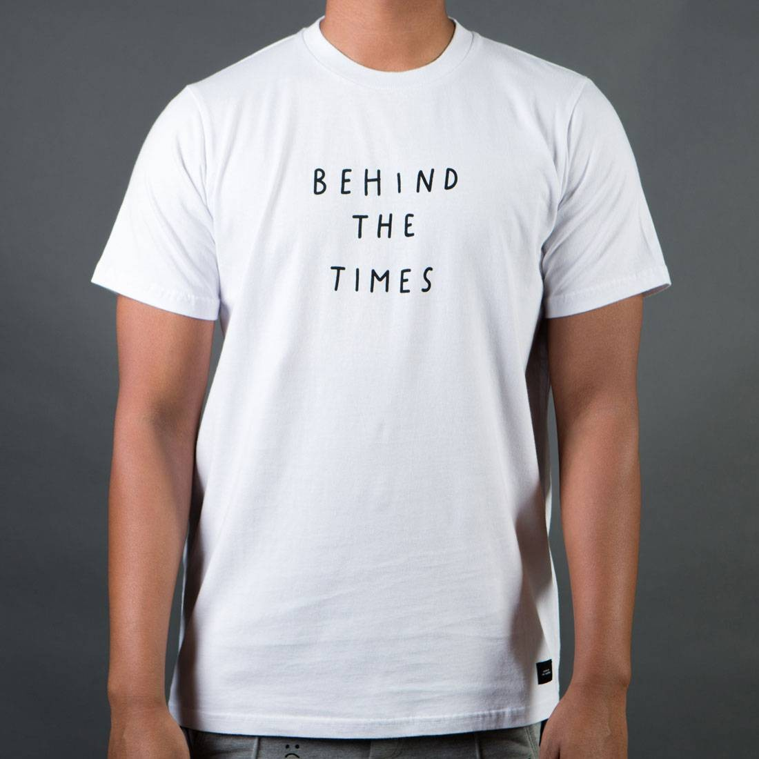 Tシャツ 白 ホワイト 【 WHITE LAZY OAF MEN BEHIND THE TIMES TEE 】 メンズファッション トップス Tシャツ カットソー