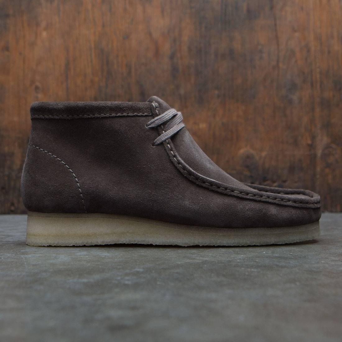 【海外限定】クラークス ブーツ スニーカー 靴 【 CLARKS MEN WALLABEE BOOT GRAY SUEDE 】