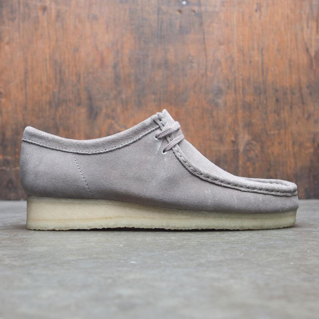 【海外限定】クラークス メンズ靴 靴 【 CLARKS MEN WALLABEE GRAY SUEDE 】