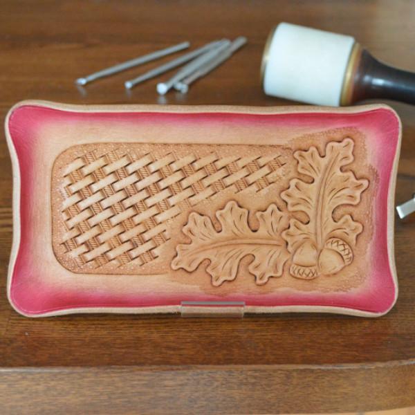 レザーカービングで模様を刻み込んだ皮革工芸品 レザートレイ マネートレー お値打ち価格で ペントレー キャッシュトレー 小物置き 皮革製品 カービング オーバーのアイテム取扱☆ 本革 ヌメ革 小物入れ