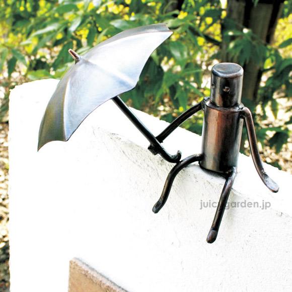 【門柱 装飾】【アクセサリー】表札に健気に傘をさす門壁の飾り「森の番人」銅クラフトで作るユニークな人形【送料無料】   梅雨