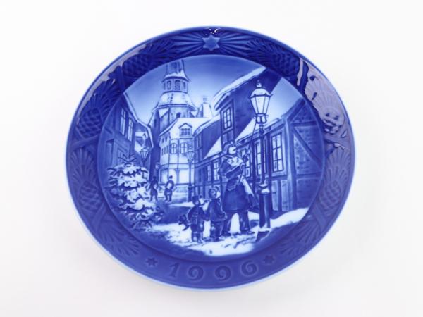ロイヤルコペンハーゲン Royal Copenhagen イヤープレート クリスマス 1996 街灯をともす頃 人気 飾り皿 箱付き アウトレット