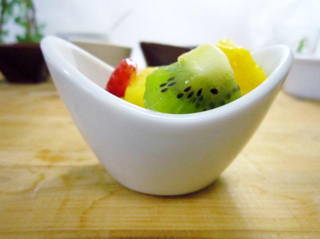 白い食器 ちょっとめずらしい形がとってもオシャレです かわいいミニボウル V字型 お中元 8.5cm スタックOK スーパーSALE セール期間限定 小鉢 楕円 白 ボール