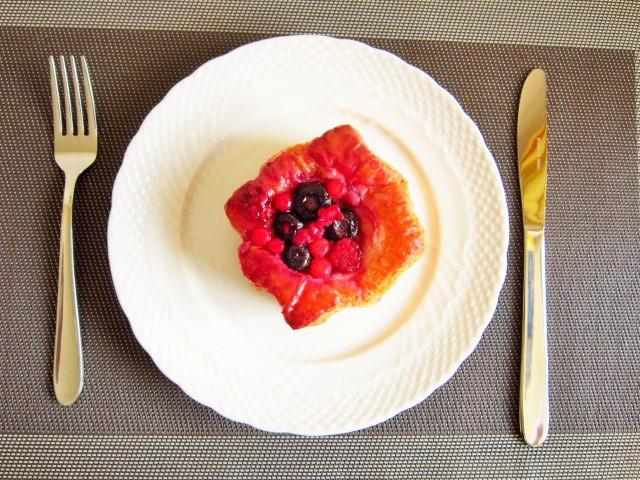 滑らかな凸凹リムが高級そう おしゃれなケーキ皿20.2cm 白い食器 洋食器 美濃焼 ケーキプレート 人気急上昇 低価格化 アウトレット ポーセリンアート パン皿 クリスマス