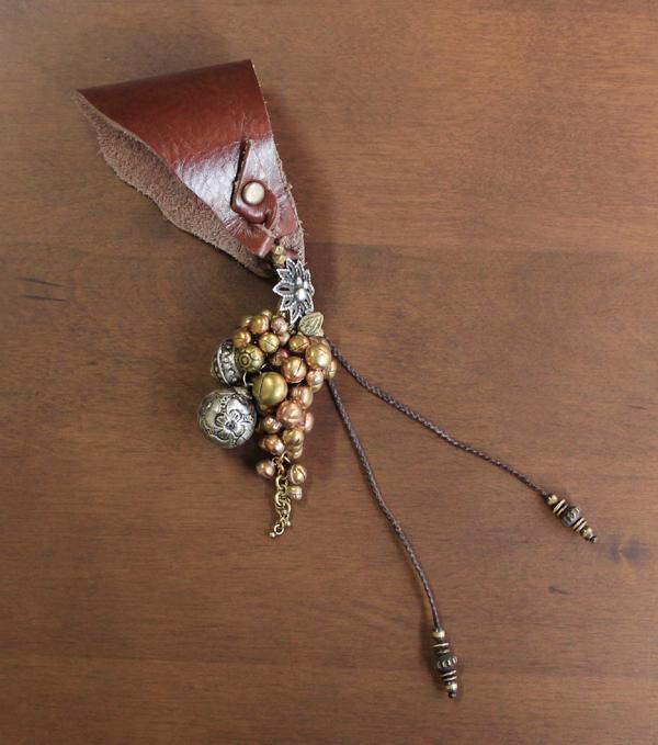 Minakusi かごチャーム(オリジナル花型ボタン、牛革、アカ族・カレン族・オリッサ州民族のパーツ、真鍮ビーズ等使用)(約)全長22cm※かごバッグは付きません。