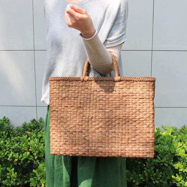 市松編みやまぶどう籠(国産材/素朴皮/スリム/大サイズ/柿渋染内布・ポケット)(約)幅39.5×マチ7.5×本体高さ30cm(約)600g※自然の恵みを無駄なく活かしました。定番の皮よりも、節や割れ、剥がれ、ケバが多いです。[かごバッグ 鞄 山葡萄]