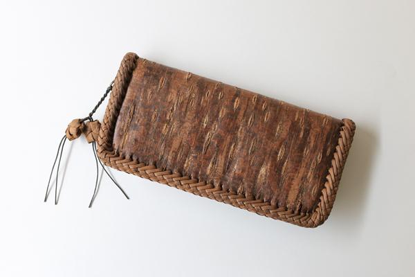 さくらの長財布(一枚皮使用/削ぎ仕上げ/内側本革)※ふちは国産やまぶどう皮を使用しています (約)幅21.5×高さ10.5×マチ3.5cm (約)重さ220g 内装=札入れ×2・ファスナー式小銭入れ×1・カードポケット×4・フリーポケット×1