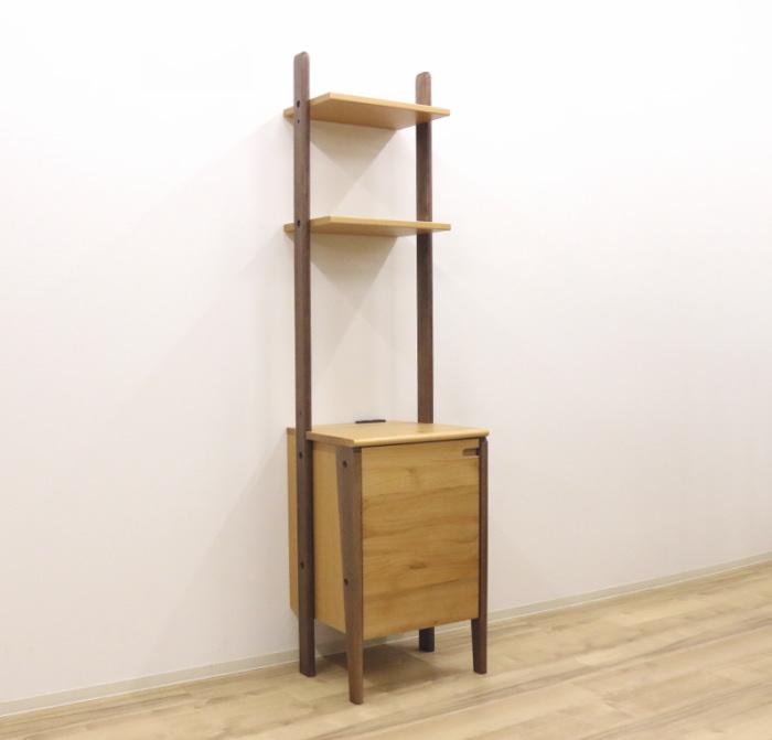 個性的でデザイン性のあるナチュラルな木製シェルフ本棚脚付き A4サイズの雑誌や書類が立てたまま収納できます 天然木アルダー材のツートンカラーがかわいい壁面収納棚付きシェルフ 訳あり 限定特価 本棚 W45cm幅¥38800 きりん 連結 木製 ホワイトシリーズ商品あります ジラフ