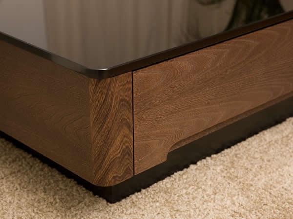 ブラックガラスとニレ材の木目が美しいリビングテーブル/Arly強化ブラックガラスの天板と、 高級材「ニレ」の質感がマッチング!