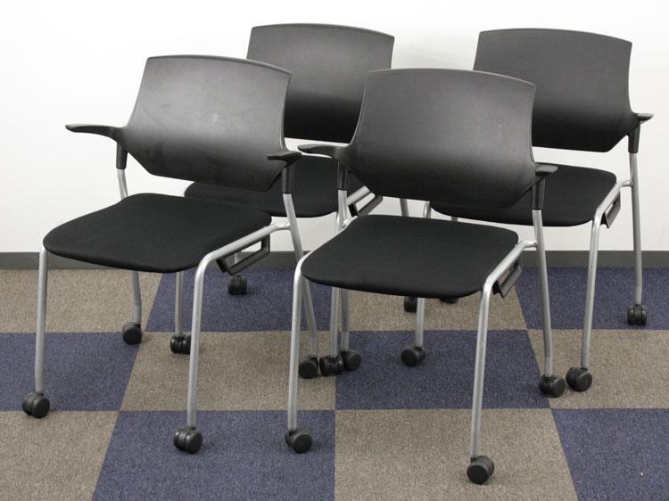ミーティングチェア 4脚セット キャスター付きチェア 肘付 会議椅子 樹脂バック・キャスター付 布 ブラックシェル イトーキ製:stenza(ステンザ)シリーズ KLC-515GB-T1T1 中古 セット オフィス家具