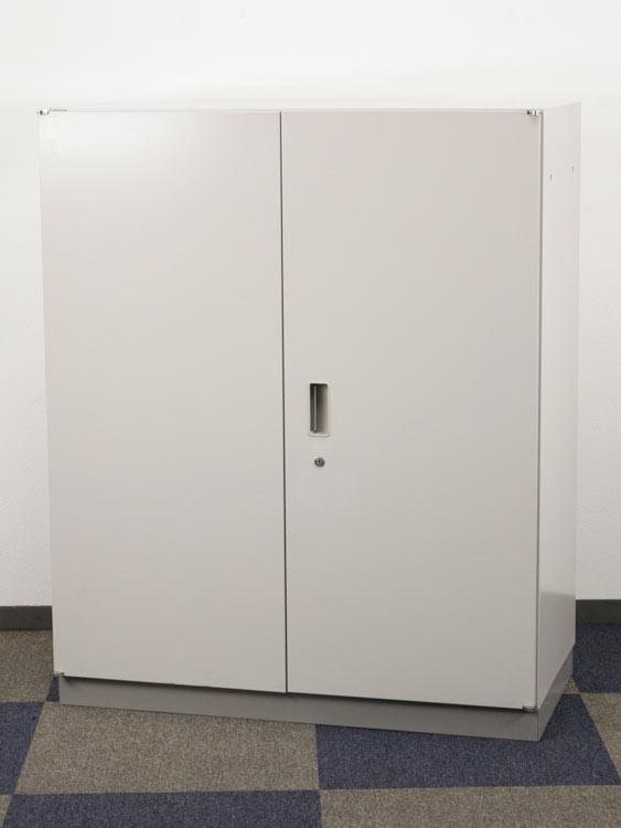 両開き書庫 3段書庫 上下兼用 両開き扉型 両開きキャビネット 中古書庫 イトーキ製:シンラインシリーズ W900xD450xH1100 HTM-109HSS-WE 中古 セット オフィス家具 鍵付 ベース付き