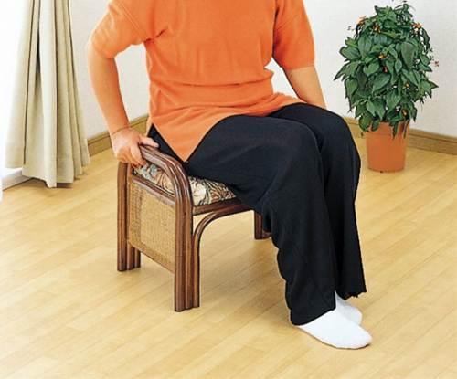 籐製なら軽いから、持ち運びにも便利! 籐らくらく座椅子 イス・チェア