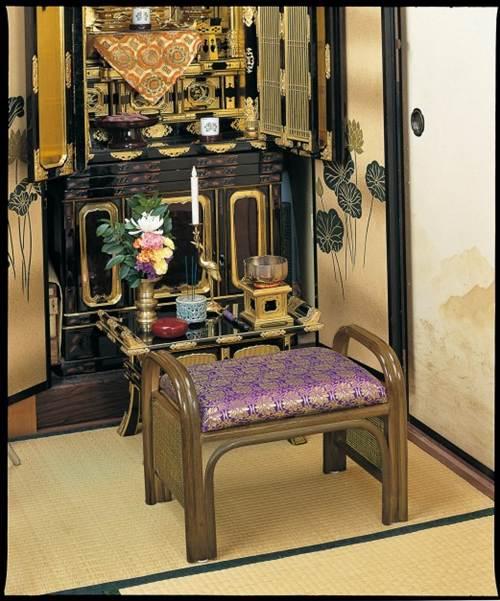 ご仏前にふさわしい気品と風格の彩りを添えます。 籐ご仏前金欄座椅子 イス・チェア 籐製