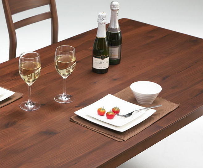 木製ダイニングテーブル 幅135cm ブラウン シンプルモダン 天然木ウォールナット無垢材 ラバーウッド ダイニング用テーブル キッチンテーブル 食卓テーブル 食卓用テーブル 食事用テーブル モダンデザイン 大人インテリア