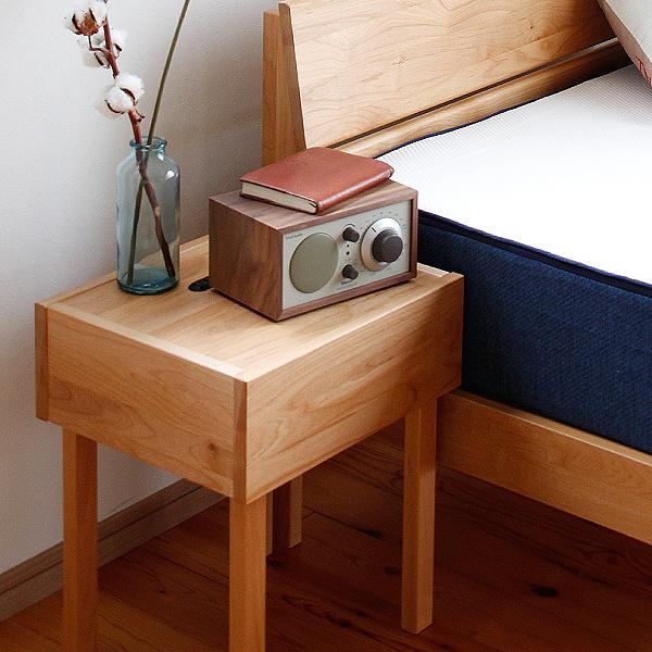 シンプルなデザインのアルダー材のナイトテーブル サイドテーブル 机 国産 日本製 アルダー材 ラッカー塗装 寝室 ベッドルーム ナチュラル 北欧 おしゃれ 木製 省スペース コンパクト コンセント 安心 安全 すっきり 和室 洋室 完成品 無垢 天然木 サイドテーブル