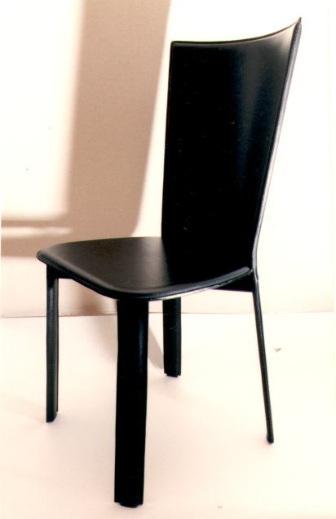 【送料込み】イタリア 黒革のローバックの椅子(LIS)2脚以上で10%OFF。