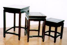 中国家具 入れ子式(ネスト)テーブル。長方形と正方形の組み合わせの3点セットです。唐木の銘木・紫檀に、漆塗りの正統な作り。