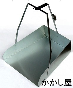 熱に強く 限定価格セール 頑丈なスチール製鉄製でワイドな掃きこみ口の塵取り 人気の定番 ゴミはさみホルダー付 鉄製の箕ホウキ止め付き