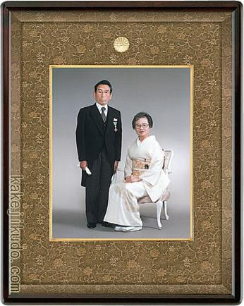 叙勲・褒章記念 写真額 四つ切 檜材 マホガニ色 送料無料