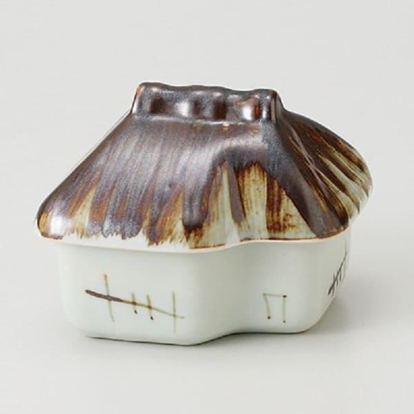 在庫限り 大振りの和食器のお皿は家庭料理の必需品です 手作業で施された赤絵は量産品では出せない雰囲気 特徴的だけどシンプルで使いやすい 年間定番 美濃焼 蓋付珍味 AL完売しました 約10.7x9.8x8cm 田舎家 蓋物