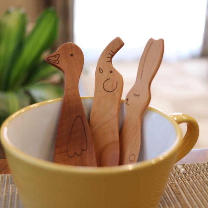 春の新作シューズ満載 ナチュラルキッチン雑貨 このスプーンで食事をすれば 子供の食欲もあがります 木の食育グッズ とってもかわいい動物のおやつスプーン 木のフォーク ディスカウント メール便発送 カトラリー 木製 選べる2本セット