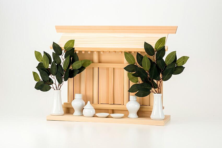 神棚 壁掛け 棚板一体型通し屋根三社 [神棚 壁掛け] 送料無料 神具セット(小)、榊造花 かけまくり付き