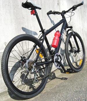 軽量アルミフレーム26インチ自転車クロスバイクブラック ホワイト Fサイズ&シマノ製18段変速ギア取外調整可能バーエンドハンドルフロントサスペンション&前後輪ディスクブレーキ採用マウンテンバイク 前後輪クイックリリース仕様タウンユースライン