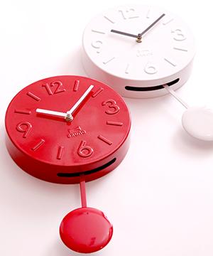 レトロ感のあるスチール製ゆっくり振り子が揺れる穏やかなウォールクロック掛け時計 振り子時計レッド ホワイトインデックスは数字&バータイプの組み合わせ指針のアクセントカラーがワンポイント!