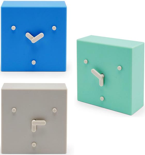 顏に見える文字盤で時間が進むと表情が変わる置き時計デンマークデザインフェイスデスククロック2時&6時&10時の位置にある点が目と口を想像させるユーモラスな置時計ミントグリーン ブルー グレー時計の針が回転するにつれて新しい表情を見せる