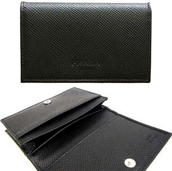 PRADA プラダ カードケースビジネスカードホルダーサフィアノカーフレザー エンボスロゴブラック SAFFIANO NERO二つ折り名刺入れ パスケース革定期入れ ボタンホック 背面ポケット付き
