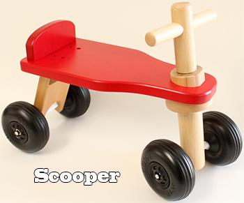 木製4輪乗用玩具 クラシックウッドタイニーナチュラル×レッドシードRide On Kick Carスペシャルモデルプチ背もたれ足蹴り四輪車 キックカー ウッドカー壁や家具を傷つけないワイドプラスチックタイヤ