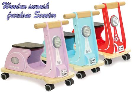 乗用玩具 木製足こぎ4輪スライダースクーターバイクウッドデンライドオンバイク自由に走りまれるキャスタータイヤレッド ライトブルー ピンクお子様へのプレゼントに最適!足蹴り4輪車 足けり おもちゃRetro wooden Scooter