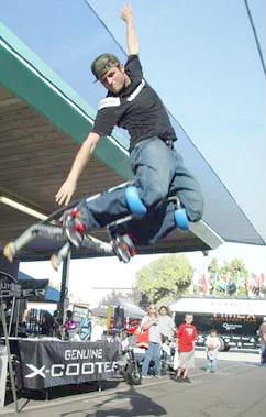 ホップステップジャンプが楽しめるジャンピングホッパー脚に装着するだけで高くジャンプできるようになる!イベントなのでアクロバットパフォーマンスにも使えるドクター中松氏のフライングシューズだけじゃない!強力なバネ付竹馬ホッパー