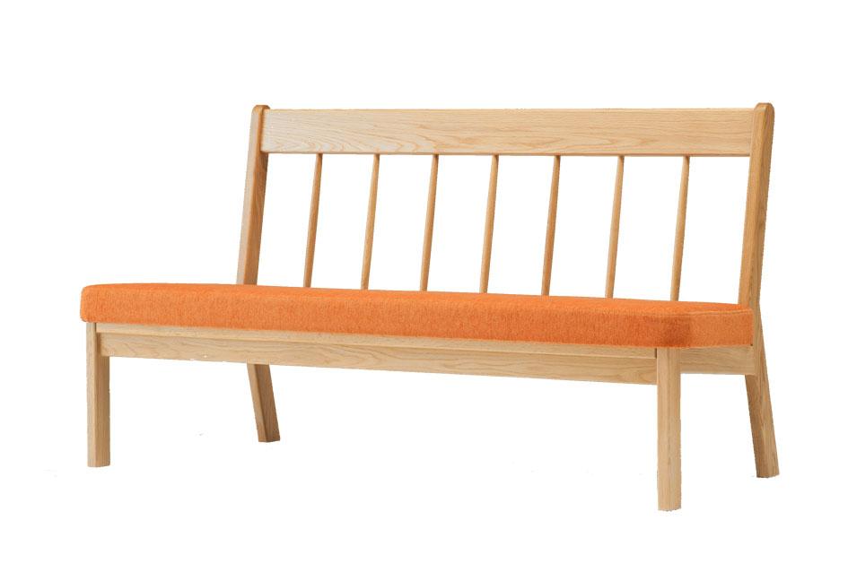 【北海道旭川 高級家具 パレットシリーズ スポークソファ 2.5P】 木の手触りが気持ちいい、二人掛け+ペットさんも座れる広めのソファベンチ 優しい色合いのクッションが心地良い空間を演出します♪