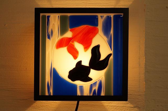 ブラケットシカク フュージング 夏 金魚 背景白【ステンドグラス】【フュージングガラス】【インテリア】【照明】【ブラケット】【リフォーム】