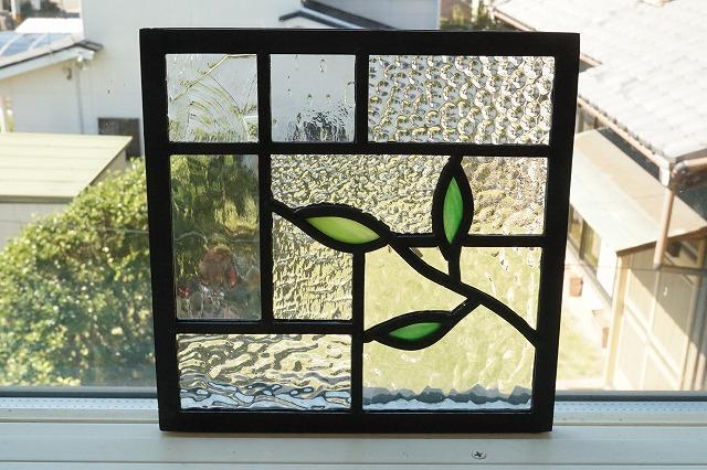 ステンドグラス パネル 住宅用 小さな葉っぱ右 9種のクリアの背景 18cm×18cm【ステンド 室内窓 壁埋め込み 小窓 スクエア 葉っぱ 明かり採り】