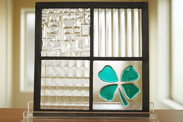 ステンドグラス パネル 住宅用 格子2×2MIXフュージング クローバー グリーン 18cm×18cm【ステンド 室内窓 壁埋め込み スクエア 緑 チェッカーガラス モールガラス 小窓 明かり採り】
